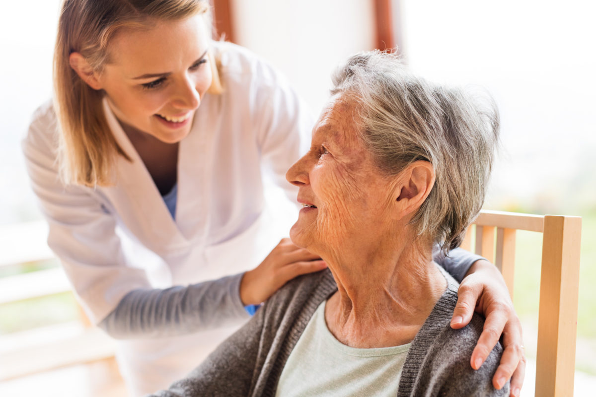 Pflegekraft bei Seniorin