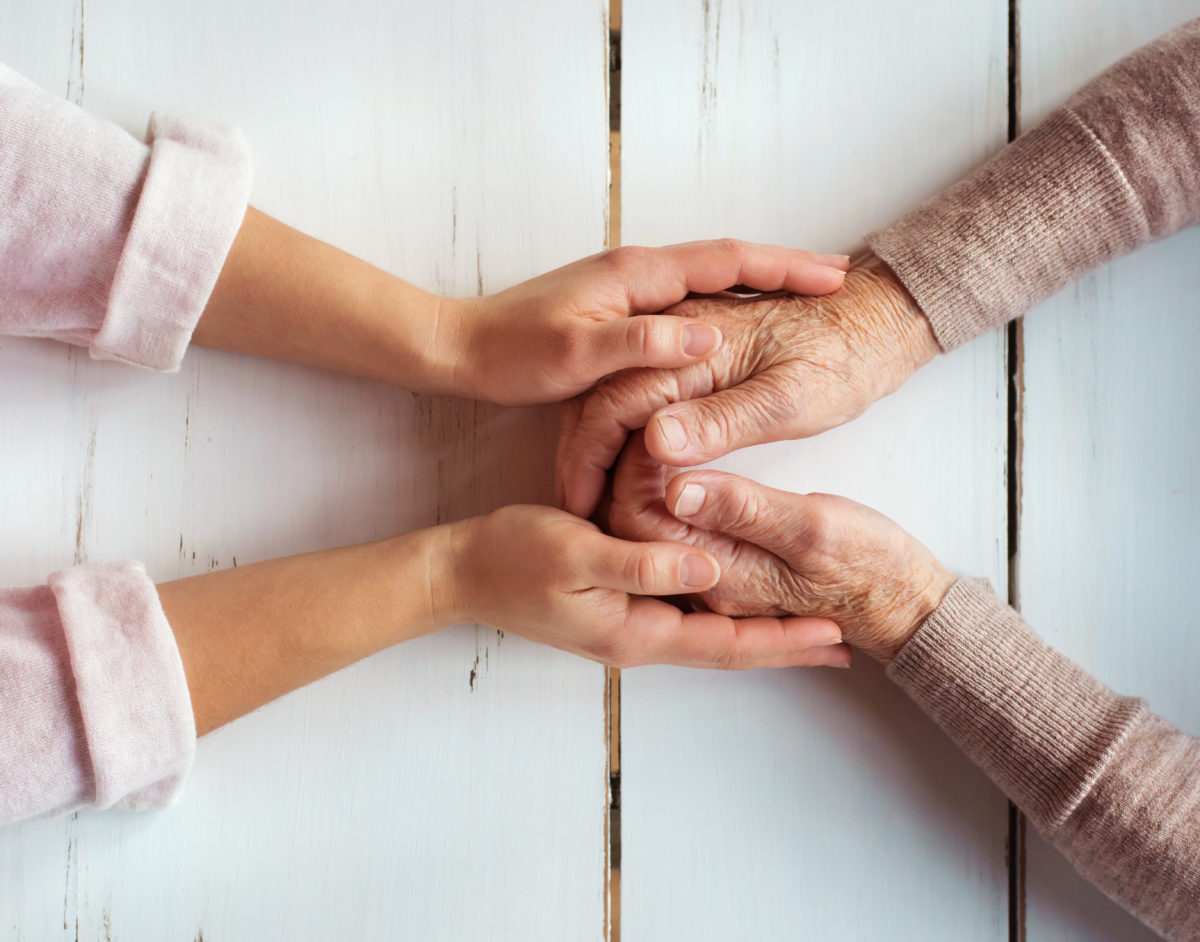 Hände die sich berühren am Tisch