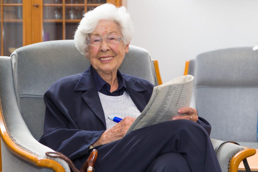 Seniorin liest Zeitung
